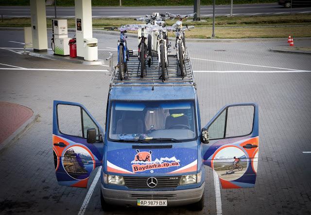 Бус с велосипедами на крыше