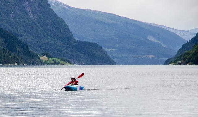 Каякинг во фьорде Норвегии