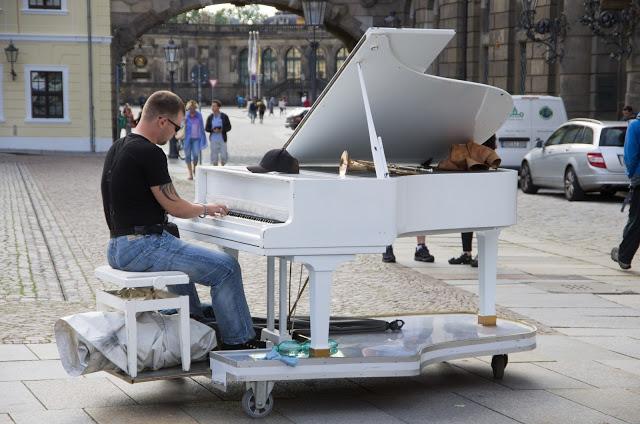 Рояль на улице