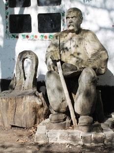 Хатинка-мазанка й увіковічений у дереві Ничипор Дейкун – доглядач стародавнього велетня – Запорізького дуба